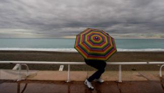 Plage pluie parapluie