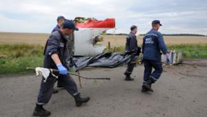 Des secouristes transportent le corps d'un victime du crash du vol MH17 en Ukraine le 19 juillet 2014