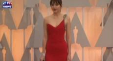 Une seule bretelle pour Dakota Johnson, héroïne de 50 nuances de Grey, aux oscars