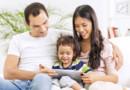 Des parents apprivoisent la tablette tactile avec leur enfant