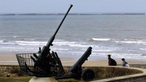 Photo prise le 10 mars 2004 d'une batterie aérienne, vestige de la deuxième guerre mondiale, posée en bord de plage à Arromanches (Normandie), l'une des plages du débarquement