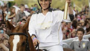 Zara Phillips portant la flamme olympique en mai 2012