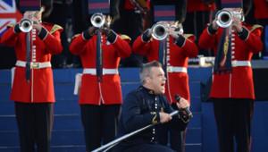 Le chanteur Robbie Williams devant des musiciens de la garde lors du concert du jubilé de la reine le 4 juin 2012