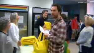 Matthew McConaughey prépare des repas de Thanksgiving pour les personnes âgées