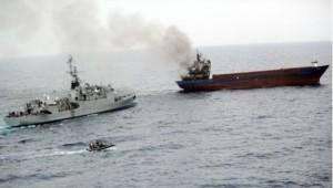 Photo aérienne de l'arraisonnage d'un cargo transportant du cannabis par la marine nationale en pleine Méditerranée.