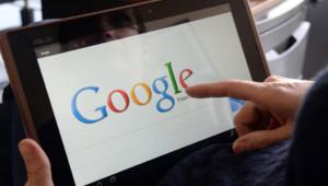Illustration. Une personne utilisant le moteur de recherche Google sur un tablette