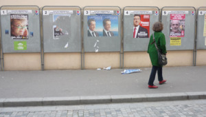 Devant un bureau de vote à Paris, le 14 avril 2012.