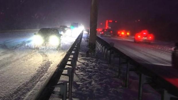 Arrivée dès lundi soir par le nord de la France, la neige a rapidement rendu la circulation difficile sur certains grands axes.