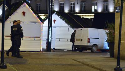 Une camionnette folle fonce sur le marché de Noël de Nantes, le 22 décembre 2014.