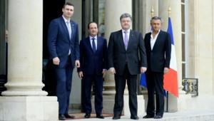 L'opposant ukrainien Vitali Klitschko et l'ancien ministre ukrainien des Affaires étrangères Petro Porochenko reçus par François Hollande, accompagné de Bernard-Henri Lévy. (07/03/2014)