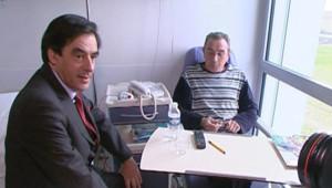 François Fillon, au chevet d'un malade, le 1er décembre 2007