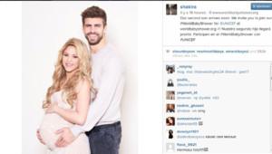 """Shakira pose avec son compagnon Gérard Piqué pour sa """"baby shower"""" virtuelle en faveur de l'Unicef."""