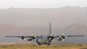 Un avion de transport de l'US Air Force de type C-130, à l'aéroport de Kaboul en 2012.
