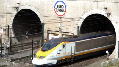 Un Eurostar sort du tunnel sous la Manche géré par Eurotunnel