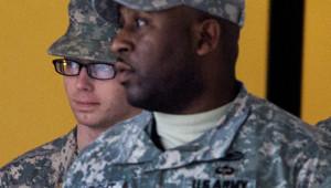 Le soldat américain Bradley Manning au deuxième plan.