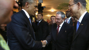 Poignée de main entre Barack Obama et Raul Castro