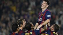 Lionel Messi, meilleur buteur de la Ligua, porté en triomphe par ses équipiers du FC Barcelone le 22 novembre 2014