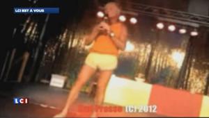 """Le député-maire wallon, Daniel Senesael, a entamé un strip-tease sur scène sur la chanson de Carlos : """"Tout nu et tout bronzé"""" de Carlos."""