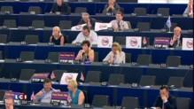 """""""Je suis en texting avec le Premier ministre grec""""... La réponse de Juncker à une eurodéputée"""