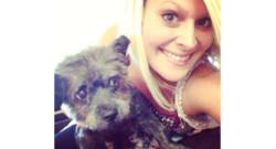 Nicole Elliot avec Chester, un chien atteint d'un cancer en phase terminale