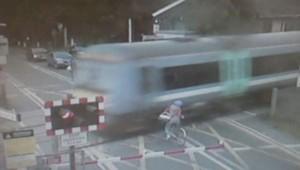 Un cycliste manque de se faire happer par un train