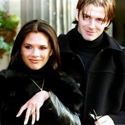 Victoria et David Beckham annonçent leurs fiançailles le 25 janvier 1998