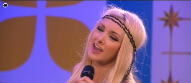 Grâce à la soirée karaoké, Florine montre à ses camarades toute l'étendue de ses talents de chanteuse.