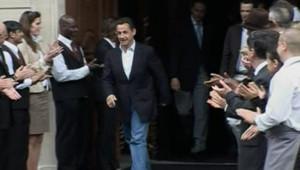 LCI/TF1 Nicolas Sarkozy sort d'un grand hôtel des Champs-Elysées au lendemain de son élection à la présidence française, le 7 mai 2007