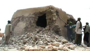 Mali : islamistes du groupe Ansar Dine détruisant un mausolée à Tombouctou, 1/7/12