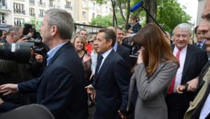 Carla et Nicolas Sarkozy votent dans le XVIe arrondissement de Paris pour le 1er tour des législatives