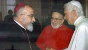 Faraj Rahou, l'archevêque chaldéen de Mossoul (à gauche)