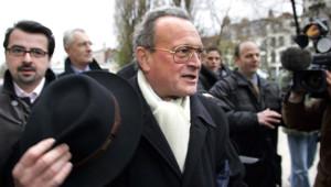 Christian Vanneste en 2005 lors de sa comparution devant le tribunal de Lille pour des propos sur les homosexuels.