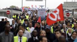 Des salariés d'Air France manifestent après les incidents du 5 octobre.