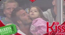 David Beckham et sa fille Harper jouent le jeu de la KissCam lors d'un match de hockey à Los Angeles, le 28 mai 2013.