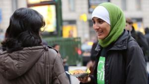 Distribution de pains aux chocolats par un collectif contre l'islamophobie, mercredi 10 octobre, gare saint-Lazare à Paris