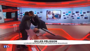 Gilles Pélisson et Christophe Beaugrand se font un câlin à l'antenne