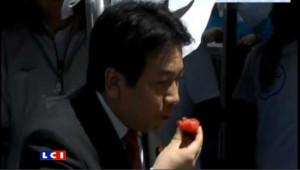 Le porte-parole du gouvernement japonais mange une fraise… de Fukushima