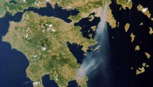 situation des feux vue samedi 22 par le satellite Envisat de l'Agence Spatiale Européenne (Crédit photo ESA - Image traitée par Infoterra - Astrium Services). La taille du panache de fumée vue à 800 km d'altitude témoigne de l'ampleur des incendies.