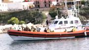 Vedette des garde-côtes italiens récupérant des survivants après le naufrage d'un bateau de clandestins africains près de Lampedusa, 3/10/13