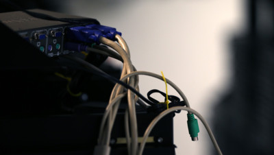 Illustration. Des câbles branchés dans un serveur.