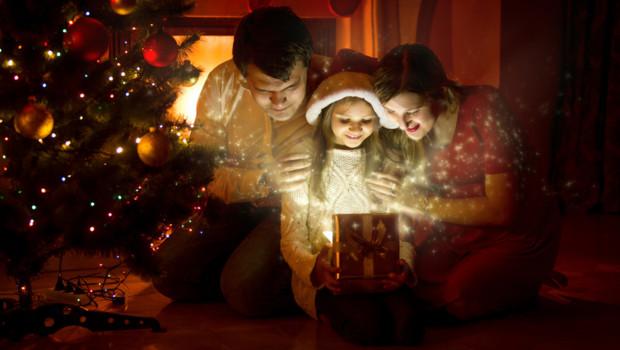 noel sapin famille pere mere enfant cadeau bonnet décoration bonheur joie