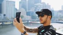 Lewis Hamilton en mode selfie à Melbourne