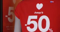 Le 20 heures du 3 août 2015 : Les boutiques à la rue, internet surfe sur son succès pour les soldes - 887