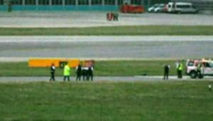 Un homme arrêté sur une des pistes de l'aéroport londonien d'Heathrow (13 mars 2008)