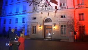 Attentats : l'ambassade américaine à Paris illuminée aux couleurs tricolores