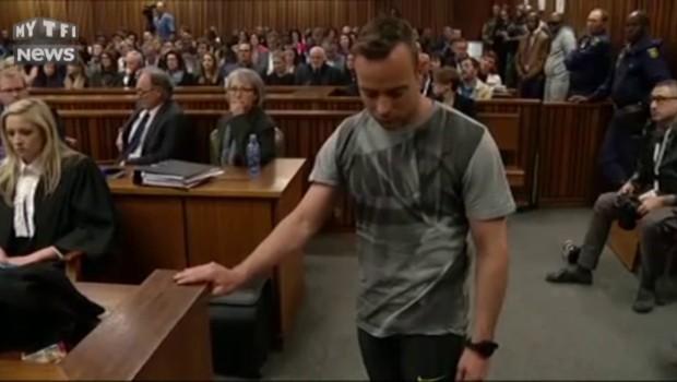 Fébrile et larmoyant, Oscar Pistorius s'exhibe sans ses prothèses devant les juges