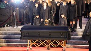 Céline Dion sur le cercueil de René Angélil.