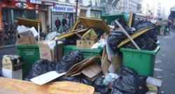 Malgré la reprise du travail des éboueurs vendredi, certaines rues n'ont pas encore retrouvé leur aspect normal