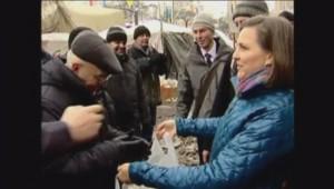 La secrétaire d'État adjointe américaine Victoria Nuland avec les manifestants à Kiev, 11/12/13