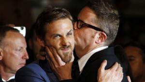 """Ryan Gosling et le réalisateur Nicolas Winding Refn lors de la montée des marches du film """"Drive"""" à Cannes en mai 2011"""